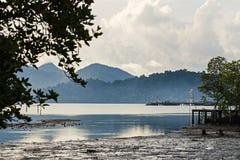 Morgen-Hafen mit Ansichten von Bergen und von Wolken Lizenzfreie Stockfotografie