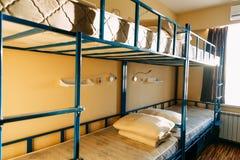 Morgen innerhalb des Herbergesschlafzimmers mit sauberen wei?en Betten f?r Studenten stockfotos