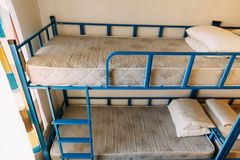 Morgen innerhalb des Herbergesschlafzimmers mit sauberen wei?en Betten f?r Studenten und einsame junge Touristen lizenzfreies stockfoto