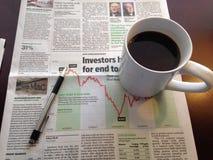 Morgen-Kaffee und Zeitung Lizenzfreie Stockfotografie