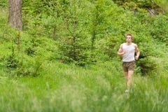 Morgen laufen gelassen: Junger Mann, der in der Natur rüttelt Lizenzfreie Stockfotos