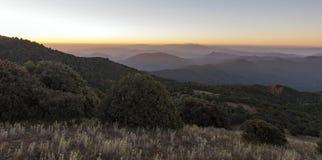 Morgen-Leuchte steigt über Bergspitzen Lizenzfreie Stockfotografie