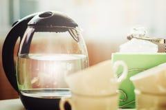 Morgen mit dem Tee- oder Kaffeetrinken Stockfotografie