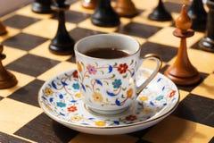 Morgen mit der Tagesplanung Strategiekonzept mit einem Tasse Kaffee und einem Schachbrett Stockfotografie