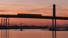 Morgen-Nahverkehrszug, Vancouver, Fraser River 4K UHD stock video