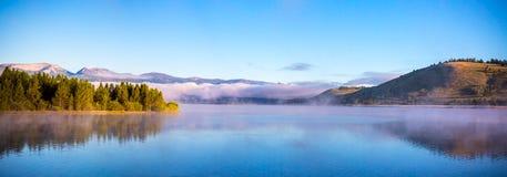 Morgen-Nebel auf dem See Stockfoto