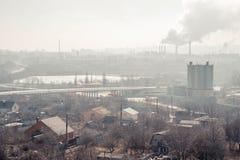 Morgen, Nebel, Smog, schmutziges verunreinigtes Industriegebiet lizenzfreies stockbild