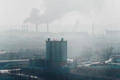 Morgen, Nebel, Smog, schmutziges verunreinigtes Industriegebiet stockbilder