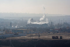 Morgen, Nebel, Smog, schmutziges verunreinigtes Industriegebiet lizenzfreie stockbilder