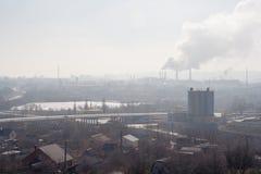 Morgen, Nebel, Smog, schmutziges verunreinigtes Industriegebiet, Smokesting-Rohre von Anlagen stockbilder