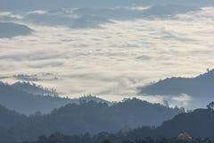 Morgen-Nebel und Nebel, die sich langsam vom Standpunkt im Sonnenaufgang am hohen Berg in Chiangmai, Thailand bewegen Stockfotos
