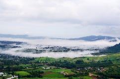 Morgen nebelhaft im Berg bei Khao-kho Phetchabun, Thailand stockbilder