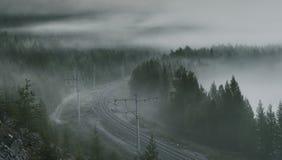 Morgen nebelig auf der Eisenbahn lizenzfreie stockfotografie