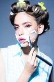 Morgen Pflegen und skincare Stift herauf Frau mit modischem Make-up Pinupmädchen mit dem Modehaar Retro- Frau, die mit sich rasie lizenzfreie stockfotografie