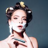 Morgen Pflegen und skincare Stift herauf Frau mit modischem Make-up Retro- Frau, die mit Schaum und Rasierklinge sich rasiert rec stockfotografie