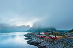 Morgen Reine im Nebel Schönheit von Lofoten-Inseln, Norwegen Stockbild