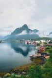 Morgen Reine im Nebel Schönheit von Lofoten-Inseln, Norwegen Lizenzfreies Stockbild