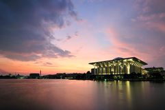 Moschee durch den Seeufer Stockbild