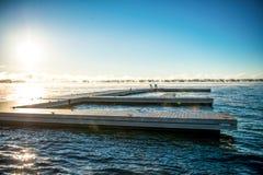 Morgen-Sonnenaufgang auf einem Dock mit Muskoka-Stühlen Stockfotografie