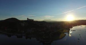 Morgen-Sonnenaufgang im schönen Stadtsee und -schiff stock video