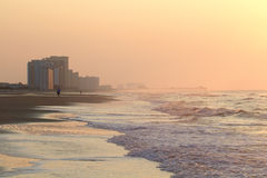 Morgen am Strand mit Pier Lizenzfreies Stockbild