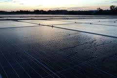 Morgen-Tautropfen auf Sonnenkollektor stockfotos