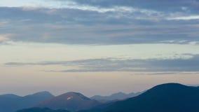 Morgen timelapse von Bergen und von Wolken während der blauen Stunde stock video