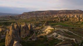 Morgen-Zeitspanne über Grand Canyon mit spezifischen Bildungen und Hochebene des Bergs Akdag in Cappadocia die Türkei stock video