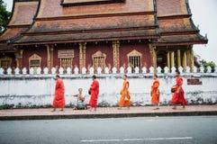 Morgenalmosen, die bei Luang Prabang, Laos anbieten lizenzfreies stockfoto