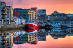 Morgenansicht über Gebäude und Boote in den Docks Lizenzfreies Stockfoto