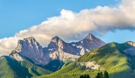 Morgenansicht an den drei Schwesterbergen von Canmore in Kanada stockfotografie