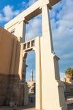 Morgenansicht der alten Stadt Jaffas mit alter Moschee auf foregr stockfotos