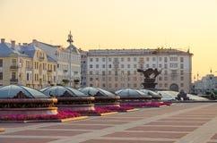 Morgenansicht des Brunnens auf Unabhängigkeits-Quadrat, Minsk-Hotel, Weißrussland stockbild