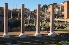 Morgenansicht zu Roman Forum Alte Ruinen und Spalten Schöne alte Fenster in Rom (Italien) Stockbilder