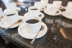 Morgenarbeitsplatz: Tasse Kaffee- und Geschäftsgegenstände Lizenzfreie Stockbilder