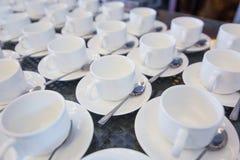 Morgenarbeitsplatz: Tasse Kaffee- und Geschäftsgegenstände Lizenzfreies Stockfoto