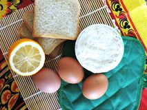 Morgenaufgaben, kochend für Ostern, das Pfannkuchen von den Eiern macht Lizenzfreie Stockfotos