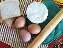 Morgenaufgaben, kochend für Ostern, das Pfannkuchen von den Eiern macht Stockbilder