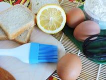 Morgenaufgaben, kochend für Ostern, das Pfannkuchen von den Eiern macht Stockfotografie