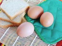 Morgenaufgaben, kochend für Ostern, das Pfannkuchen von den Eiern macht Lizenzfreie Stockbilder