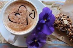 Morgencappuccino mit Herzen, mit Plätzchen und Blumen Stockfotos