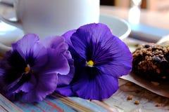 Morgencappuccino mit Herzen, mit Plätzchen und Blumen Lizenzfreie Stockbilder