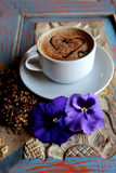 Morgencappuccino mit Herzen, mit Plätzchen und Blumen Stockbild