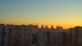 Morgendämmerung vom Fenster des Hauses von St Petersburg stock footage