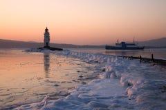 Morgenfähre zwischen Vladivostok-und Slavyanka und Tokarev Leuchtturm Stockbild