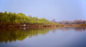 Morgenfischen auf einem schönen Flussgummi lizenzfreie stockfotos