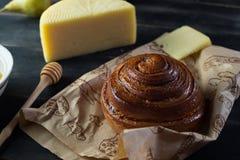 Morgenfrühstück Brötchen, Käse, swet Honig und Früchte Selbst gemachte Nahrung Lizenzfreie Stockbilder