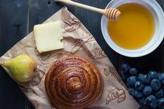 Morgenfrühstück Brötchen, Käse, swet Honig und Früchte Selbst gemachte Nahrung Lizenzfreies Stockfoto