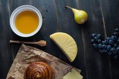 Morgenfrühstück Brötchen, Käse, swet Honig und Früchte Selbst gemachte Nahrung Stockfoto