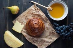Morgenfrühstück Brötchen, Käse, swet Honig und Früchte Selbst gemachte Nahrung Stockfotografie